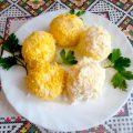 Шарики из плавленного сыра и яйца