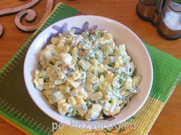 салат с зеленым луком, огурцом и яйцом