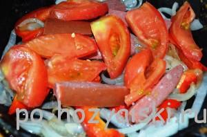 добавить колбаску с помидорами