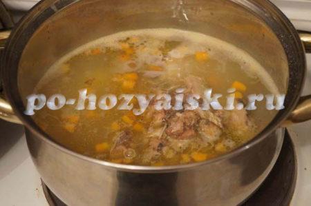 добавляем рыбу в суп