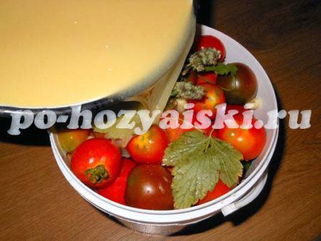 залить помидоры рассолом