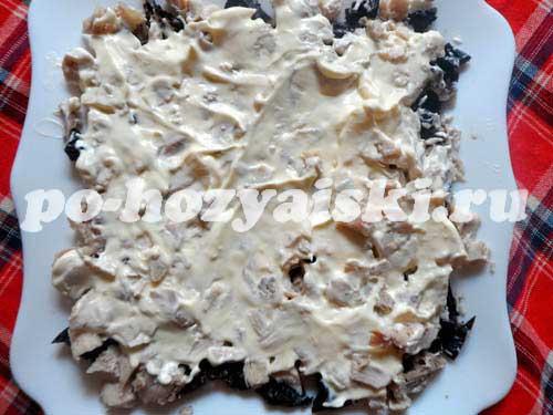 Белая береза с черносливом и грибами