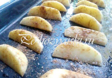 разложить картофель на противень