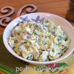 салат с зеленым луком и яйцом