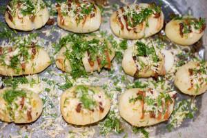 картофель с зеленью и сыром