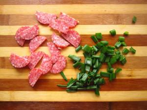 лук с колбасой