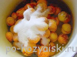 засыпать абрикосы сахаром