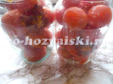 помидоры с бархатцами