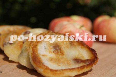 готовые оладьи с яблоками