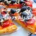 Аппетитная пицца с грибами и помидорами на мацони