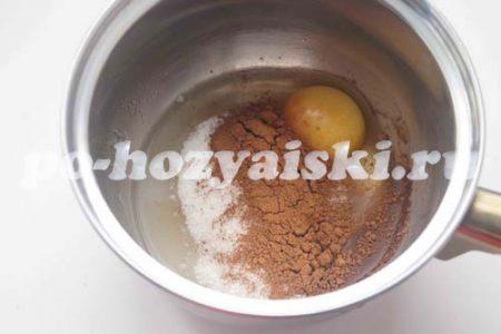 смешать яйцо с какао и сахаром