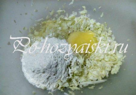 добавить муку и яйцо
